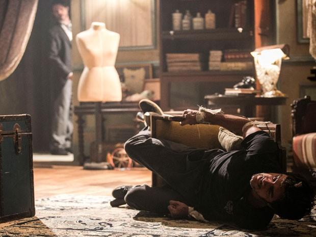 Cobra tenta se soltar e acaba caindo da cadeira (Foto: Raphael Dias / Gshow)
