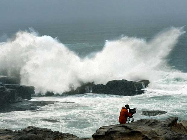 Grandes ondas chegam à província de Wakayama, no centro do Japão. (Foto: Kyodo News / via AP Photo)