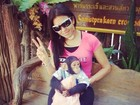 Ariadna posa com um filhote de macaco
