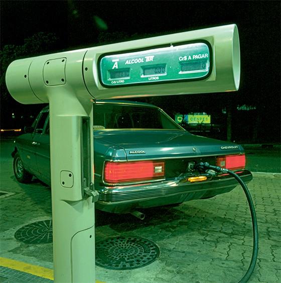 Bomba de gasolina mostra a alta da inflação de 1985 (Foto: (1) IGP (1970 a 1980) e INPC (1981-1985);  (2) Estimativa)