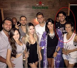 Renan Oliveira com a namorada, Cinthia Mayumi, e amigos (Foto: Instagram / Reprodução)