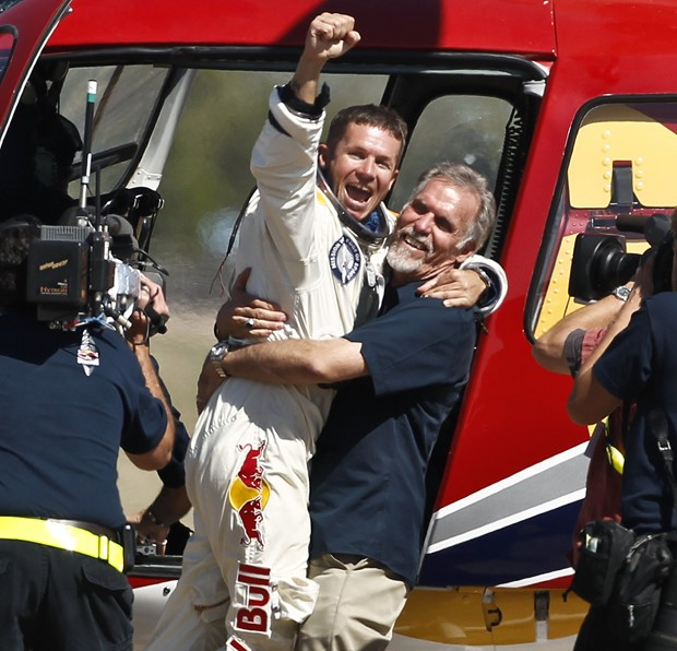 Felix Baumgartner (esquerda) comemora seu pouso com Art Thompson, diretor técnico da missão que o levou à estratosfera (Foto: Ross D. Franklin/AP)