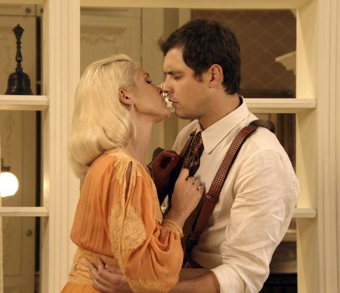 Sandra se aproveita do sofrimento de Candinho para tentar seduzi-lo (Foto: TV Globo)