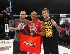 Ivan Batman comemora a vitória na luta principal do Jungle Fight 42 (Foto: Ivan Raupp / Globoesporte.com)