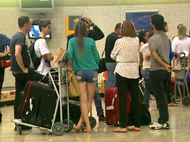 Após alerta de pane, avião da TAM é alternado de São Paulo (SP) para o Aeroporto Internacional de Viracopos e passageiros desembarcam em Campinas (SP) (Foto: Carlos Velardi/EPTV)