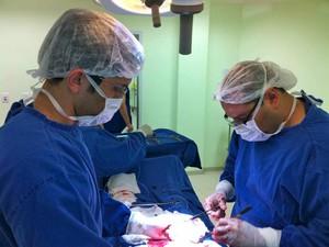 Irmãos Eduardo (à esq.) e Fabrício compartilhando conhecimentos durante cirurgia (Foto: Eduardo Carvalho/Arquivo Pessoal)