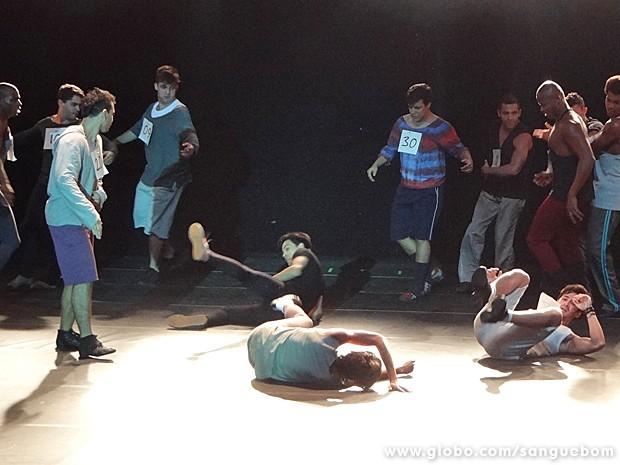 Olha o estrago que o garoto causa durante o teste. Geral no chão! (Foto: Sangue Bom/TV Globo)
