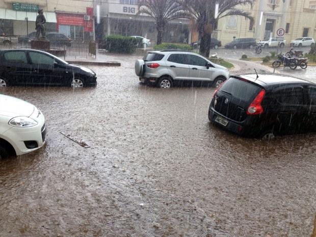Chuva alagou ruas e água encobriu carros em Guaxupé, MG (Foto: Prefeitura de Guaxupé)