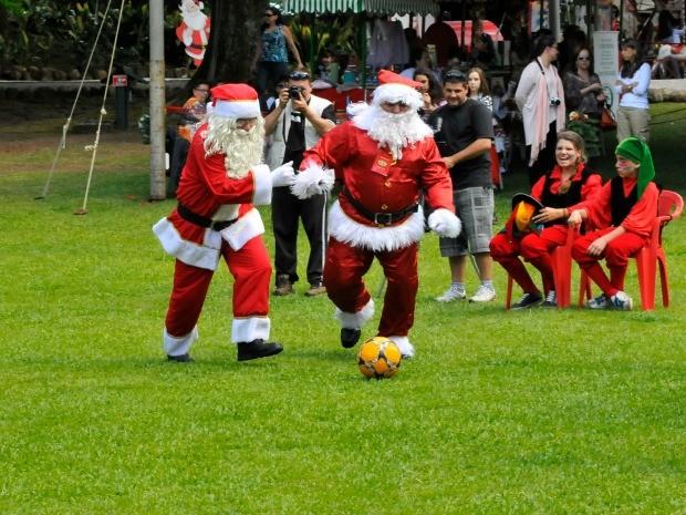 Partida de futebol movimenta Aldeia do Papai Noel em Gramado (RS) (Foto: Halder Ramos/Divulgação)