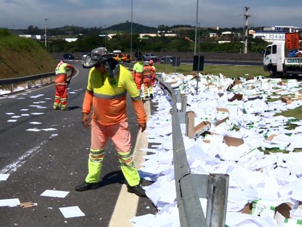 Papel sulfite espalhado em rodovia após caminhão tombar em Vinhedo (Foto: Reprodução EPTV)