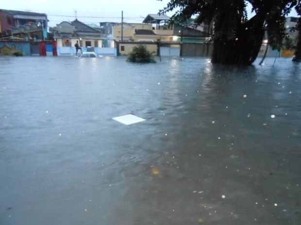 A Rua José Marti, em Realengo, ficou totalmente alagada. (Foto: Anderson Gonçalves dos Passos / VC no G1)
