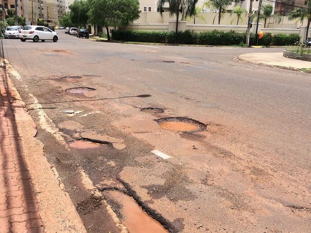 Rua Magda Perona Frossard concentra buracos ao longo de 700 metros (Foto: Thaisa Figueiredo/G1)