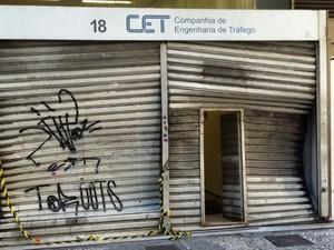 São Paulo: Prédio da Companhia de Engenharia de Tráfego (CET) na Barão de Itapetininga, no centro de SP, foi alvo de vandalismo durante manifestação na noite de terça (18). (Foto: Tatiana Santiago/G1)
