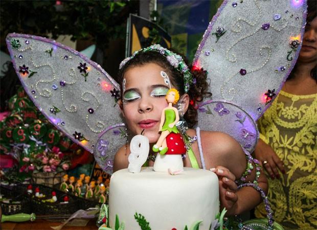 Gabriella se veste de Sininho e ganha maquiagem especial para a hora do 'Parabéns' (Foto: Manuela Scarpa e J. Domingos/Foto Rio News)
