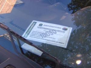 Uso de credenciais nos carros é obrigatório para idosos e deficientes (Foto: César Fontenele / EPTV)