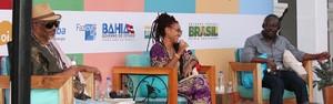 'Minha ferramenta é a voz', diz Habila em encontro com Limeira (Egi Santana/Flica)