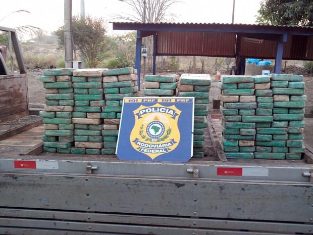 Mais de 200kg de pasta base de cocaína estava em caminhão (Foto: PRF Tocantins/Divulgação)
