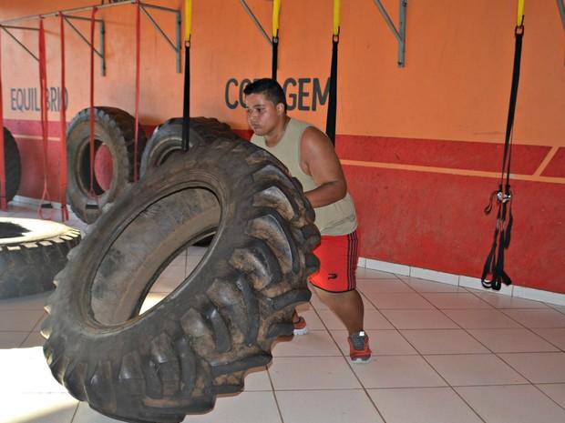 O jovem faz exercícios todos os dias  (Foto: Janine Brasil/G1)