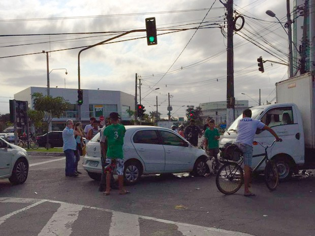 Carro roubado em Jardim da Penha (Foto: Foto Leitor/ A Gazeta)