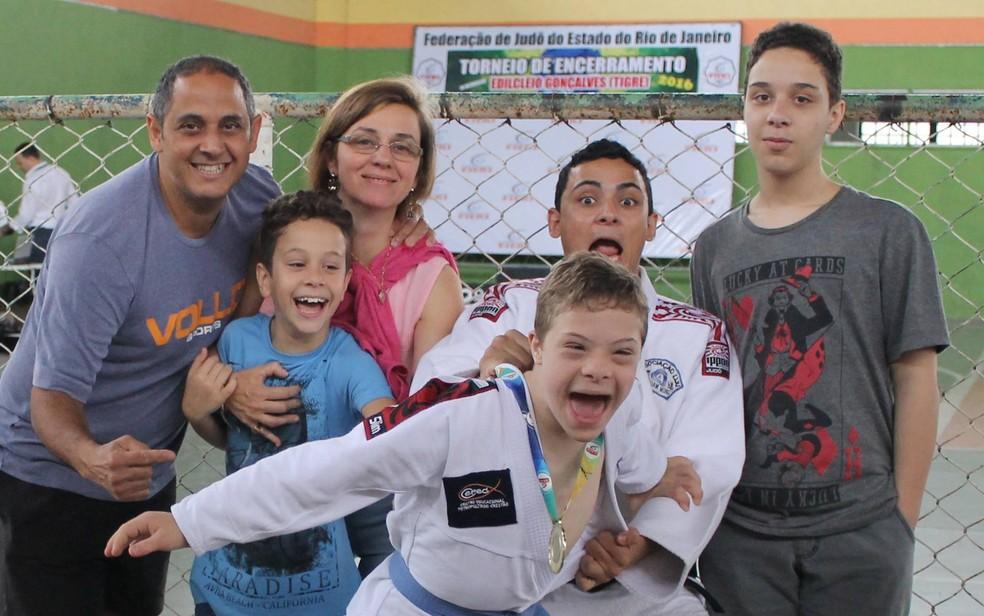Matheus com o pai, a mãe e os irmãos em uma competição (Foto: Arquivo Pessoal   André Moreira)