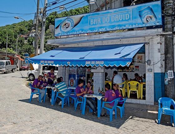 O Bar do David, de David Bispo, na comunidade do Chapéu Mangueira (Foto: Urbano Erbiste/Extra)