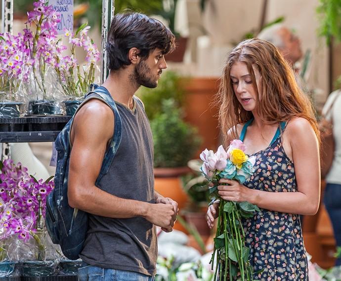 Jonatas ajuda Eliza a escolher flores para vender (Foto: Artur Meninea / Gshow)