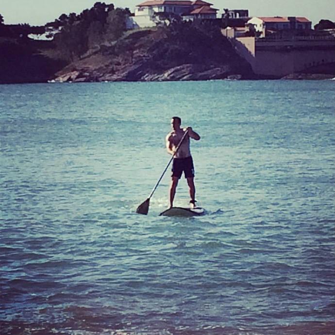 Goleiro da Austrália faz stand up paddle  (Foto: Reprodução)