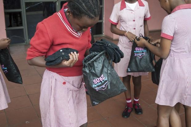 """Alunas de escola na África do Sul recebem kits de absoerventes reutilizáveis """"Subz"""" (Foto: Stefan Heunis/AFP)"""