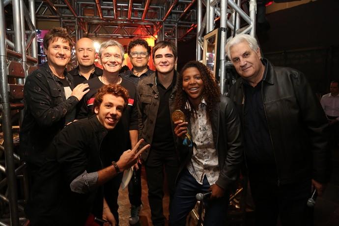 Convidados do 'Altas Horas' posam nos bastidores com Serginho (Foto: Carol Caminha/Gshow)