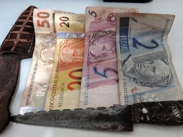 Com os menores que assaltaram os idosos em Colinas, a polícia encontrou R$77 e facas (Foto: Almino Borges/PM-TO)