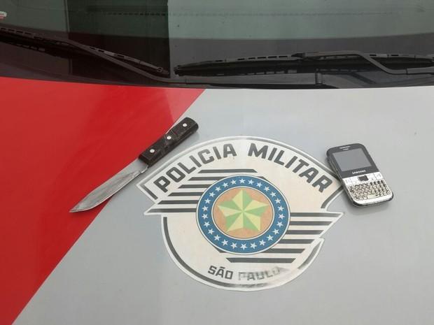 Faca usada no crime e celular da vítima foram apreendidos em Praia Grande (Foto: G1)