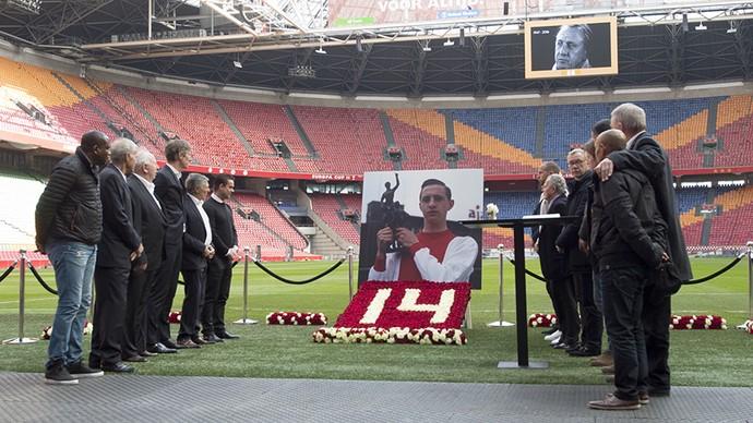 Ex-jogadores do Ajax, livro de condolências para Cruyff (Foto: ajax.nl)