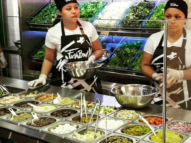 Cliente escolhe prato de saladas e acompanhamentos (Foto: Divulgação)