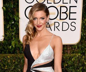 Atriz vai ao Globo de Ouro com look revelador e dispensa lingerie
