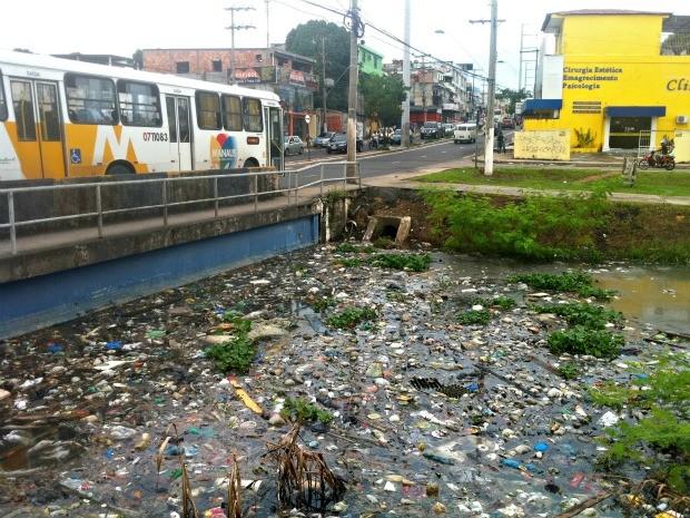 Cheia dos rios revelou a sujeira dos igarapés de Manaus (Foto: Tiago Melo / G1 AM)