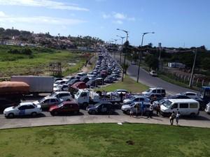 Motoristas abandonaram ônibus em rotatória no Complexo de Salgadinho e local ficou congestionado (Foto: Mônica Silveira/TV Globo)