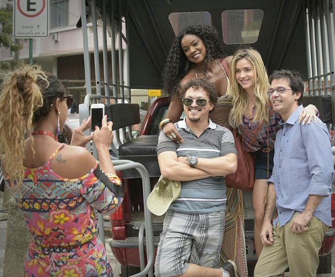 Time completo: os atores Fábio Lafo, Cris, Monique e Bruno Mazzeo fazem foto (Foto: Raphael Dias/Gshow)