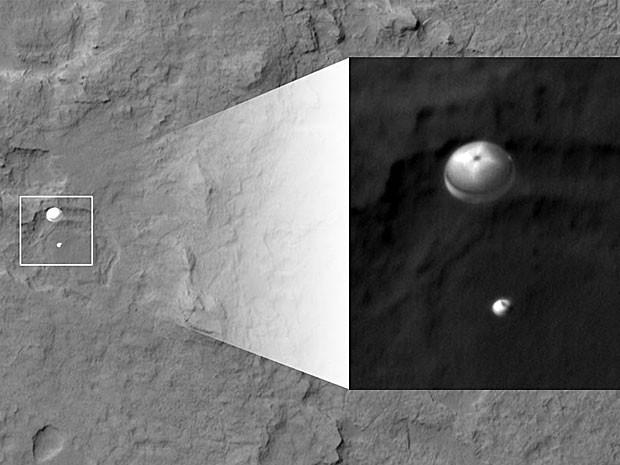 O jipe-robô Curiosity e seu paraquedas foram fotografados pela sonda Mars Reconnaissance Orbiter. (Foto: NASA/JPL-Caltech/Univ. of Arizona)