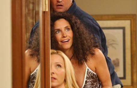 Em um dos episódios, no qual a trupe viaja para o Caribe, a umidade deixa o cabelo de Monica assim Divulgação