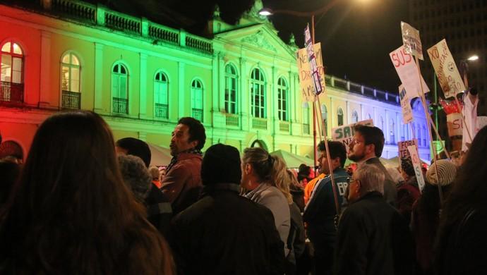 Tour da tocha Porto Alegre largo glênio Peres protesto tocha (Foto: Eduardo Deconto/GloboEsporte.com)