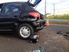 Homem fica gravemente ferido após moto atingir carro em rodovia