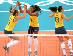 Dani Lins e Fernanda Garay comemoram ponto do Brasil no vôlei contra a Rússia (Foto: Reuters)