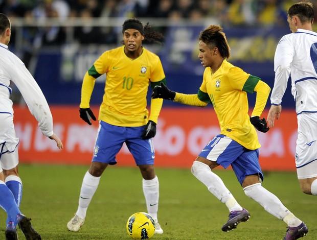 neymar ronaldinho gaucho brasil x bósnia (Foto: AFP)