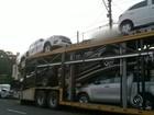 Carro cai de caminhão cegonha após se enroscar em fios elétricos