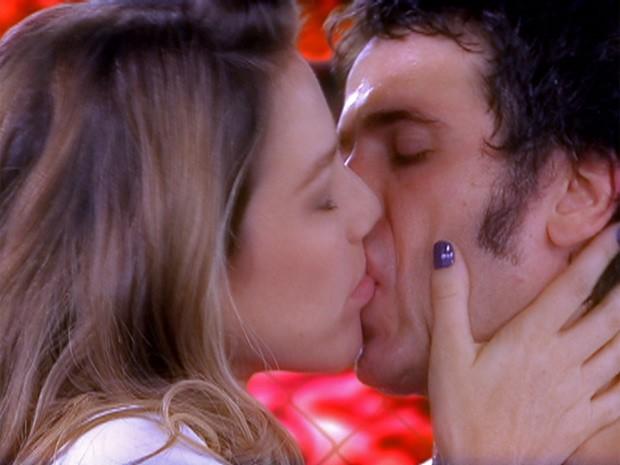 Ulisses vence luta e ganha Vânia (Foto: Guerra dos Sexos / TV Globo)