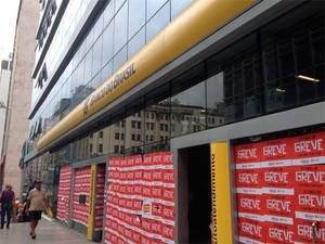 Banco do Brasil em greve no bairro do Comércio, em Salvador (Foto: Juliana Almirante/ G1 Bahia)