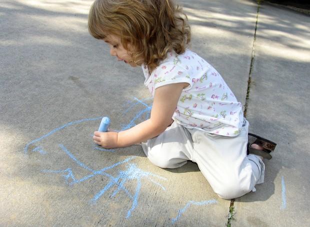 criança canhota (Foto: shutterstock)