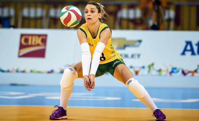 Camila Brait prepara manchete após ataque da equipe peruana (Foto: Gaspar Nobrega/Inovafoto/CBV)