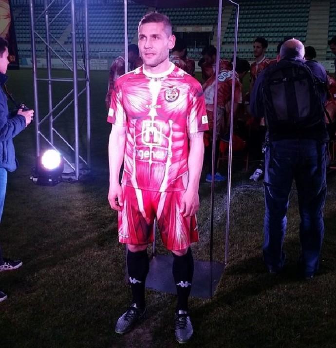 Diego Torres com o uniforme novo do Palencia exibindo músculos (Foto: Reprodução Twitter)