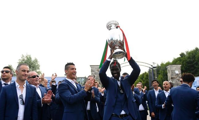 Aplaudido por Cristiano Ronaldo, Éder ergue o troféu conquistado na final contra a França